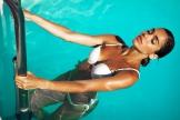 junge frau trägt perücke beim schwimmen